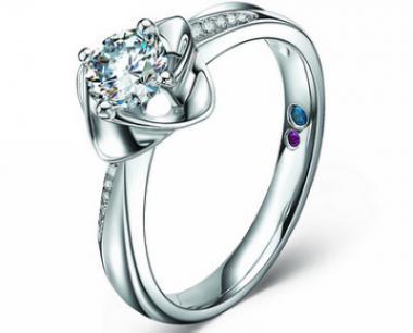 爱丽丝珠宝加盟 品牌定位:中高端时尚珠宝品牌 品牌文化:自由、灵动的爱文化 品牌主张:梦一般的色彩,梦一般的女人 品