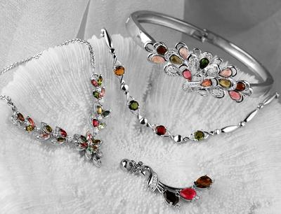 老银匠加盟 品牌故事   老银匠创意银饰品牌诞生于1998年,至今已有十余年历史,是集设计、生产、销售于一身