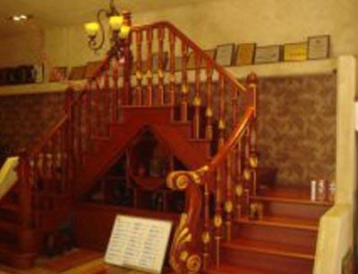 西边亮楼梯
