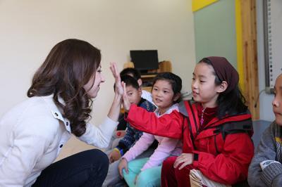 优瑞英语加盟 优瑞英语加盟店外教师为学生讲课