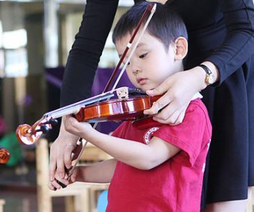 北大青鸟幼儿园加盟 小提琴