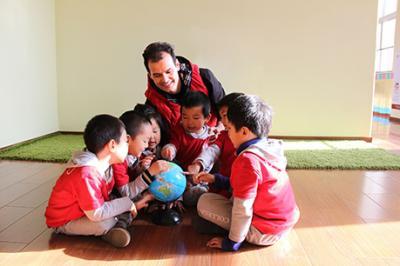 北大青鸟幼儿园加盟 外教与学生互动