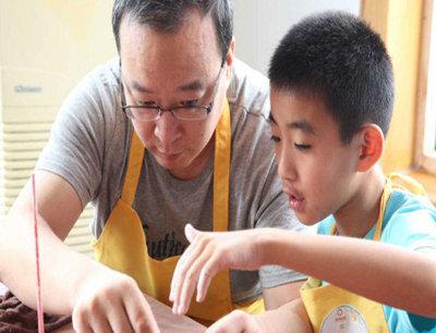 天物坊陶艺馆加盟 父亲与孩子玩陶艺