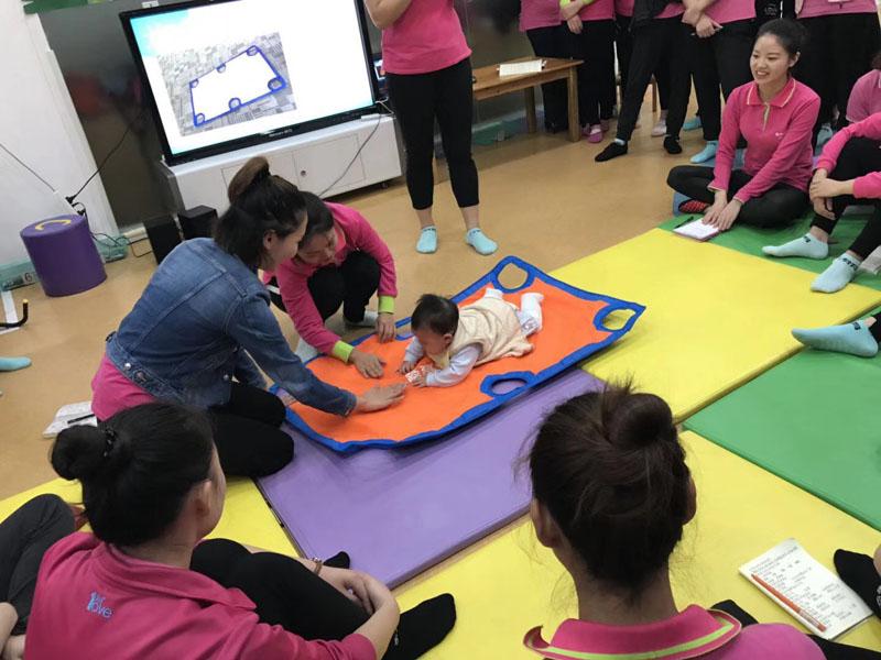 东方爱婴早教加盟 授课图