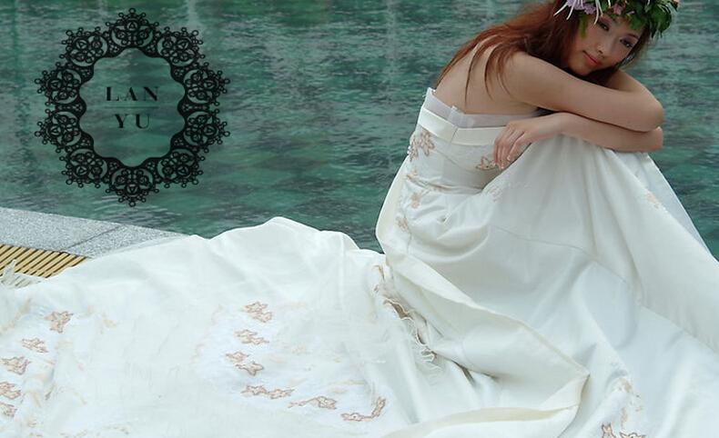 设计师兰玉,2005年创立个人工作室,2008年毕业于北京服装学院.图片