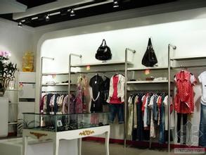 产品陈列上要突出自己   服装加盟   的特点,把上衣,裙子,裤子,套