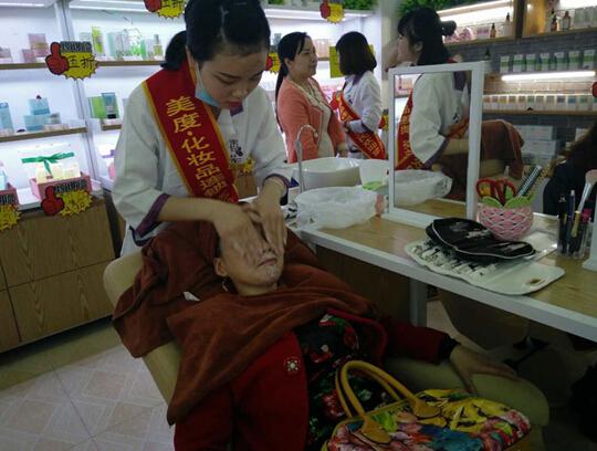 想做好化妆品实体店必须增加体验服务